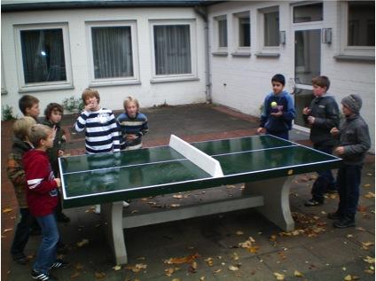 Tischtennisplatte auf dem Schulhof